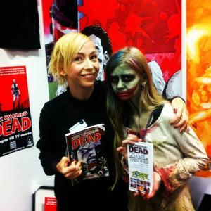 Jenny Jägerfeld och en gullig zombie i Apart förlags monter på Bokmässan i Göteborg